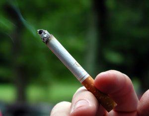 chlap nekouří cigareta