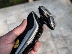 holící strojek Philips S9711 v ruce